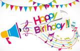 """Megafon mit Musiknoten und dem Schriftzug """"Happy Birthday"""", im HIntergrund bunte Girlanden"""