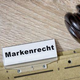 """Aktendeckel mit Schild, auf dem """"Markenrecht"""" steht"""