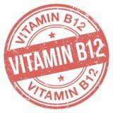 rotes Vitamin B12 Logo auf weißem Hintergrund